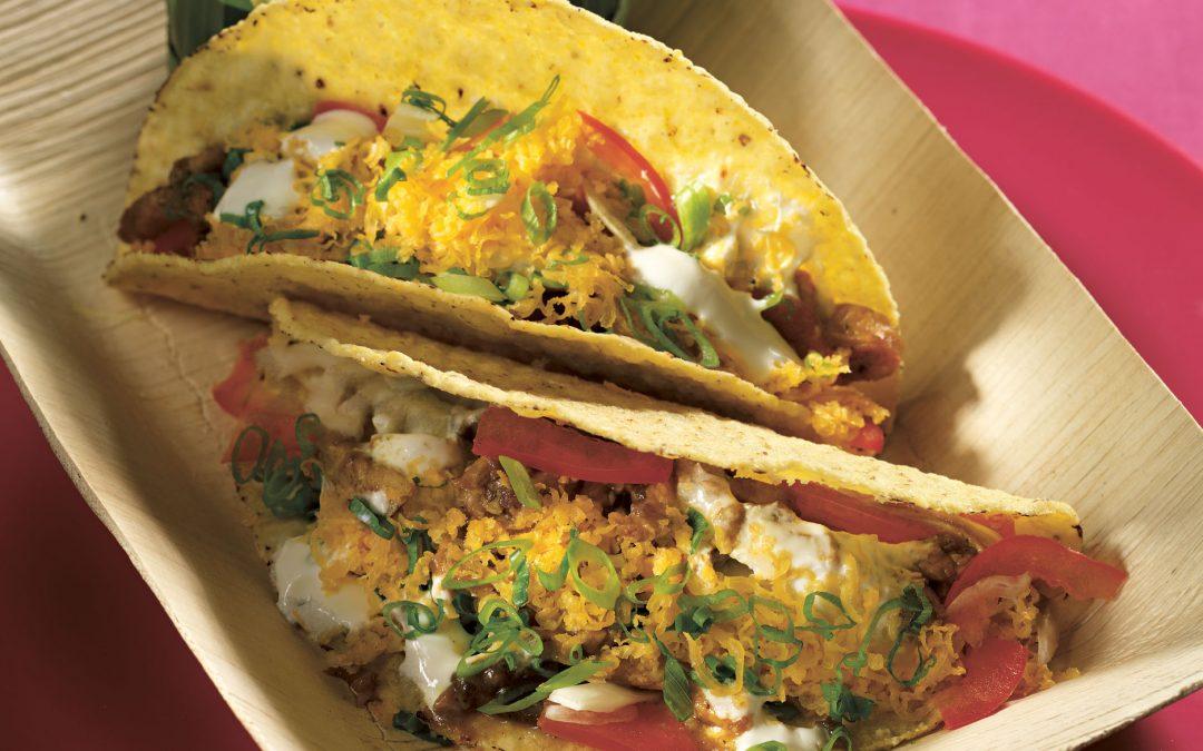 Tacos mit Curry-Rum-Hähnchen, Räucherkäse und Avocadosalsa
