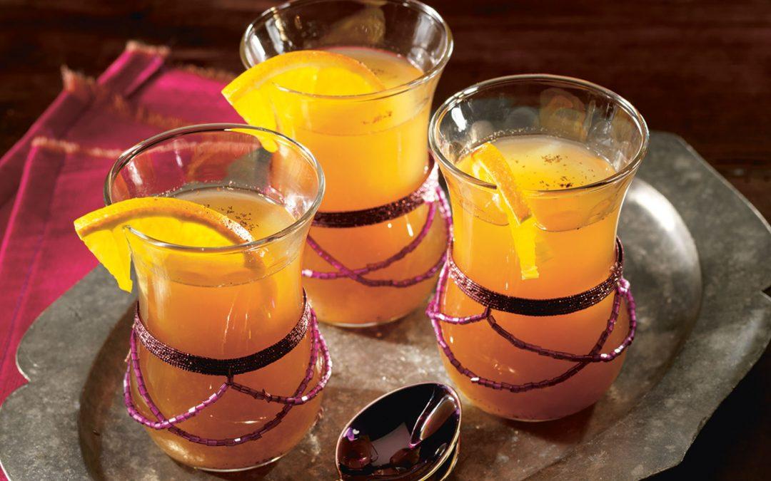 Schwarzer Assam Tee mit Orangensaft, Vanillezucker und frischem Ingwer