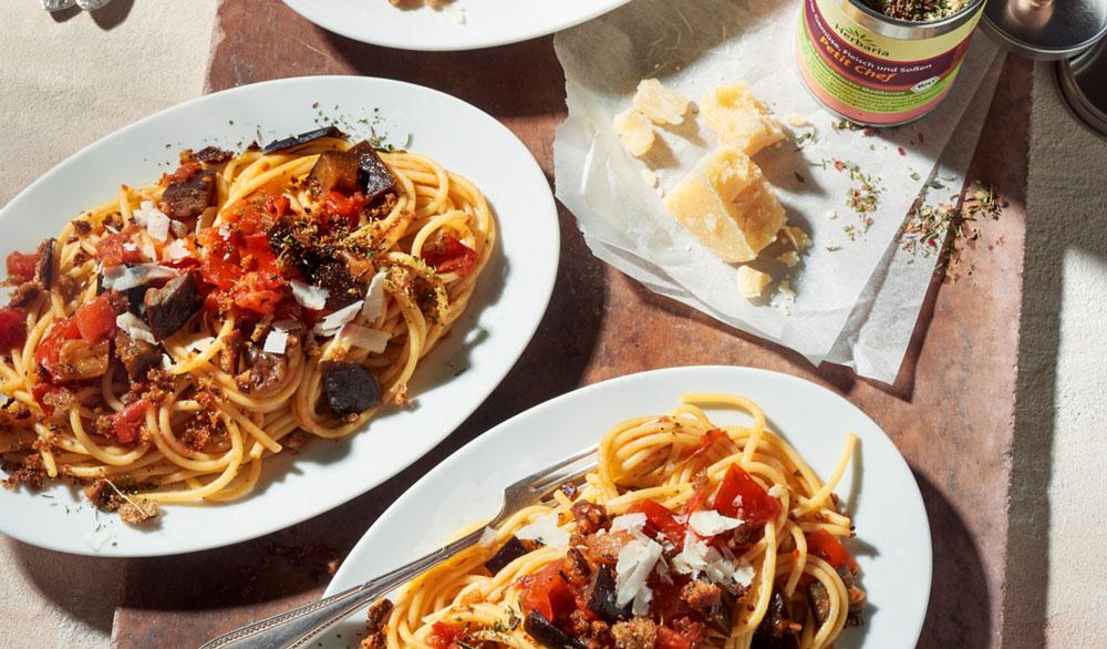 Spaghetti alla Norma mit Röstbröseln